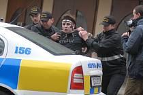 Zatčení Petra Hájka před Roškotovým divadlem.