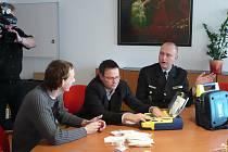 Pracovníci Oblastního spolku Českého červeného kříže předali ústecké městské policii defibrilátor.