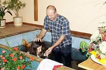Baptistická modlitebna ve Vysokém Mýtě praskala v neděli ve švech, konaly se tam křty.