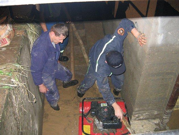 Hasiči měli plné ruce práce s čerpáním vody na několika místech.