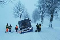 Autobus uvíznutý ve sněhové závěji v Klášterci nad Orlicí
