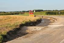 Silnici II/316 nedaleko obce Běstovice uzavřeli v minulém týdnu silničáři kvůli masivnímu sesuvu půdy.