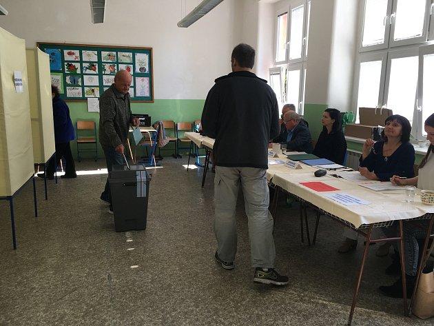 První voliči ve volební místnosti na základní škole Dobrovského vLanškrouně.