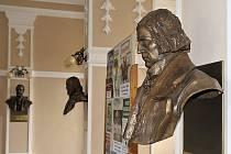 V panteonu chrudimského muzea busty Stalina ani Gottwalda určitě nenajdete.