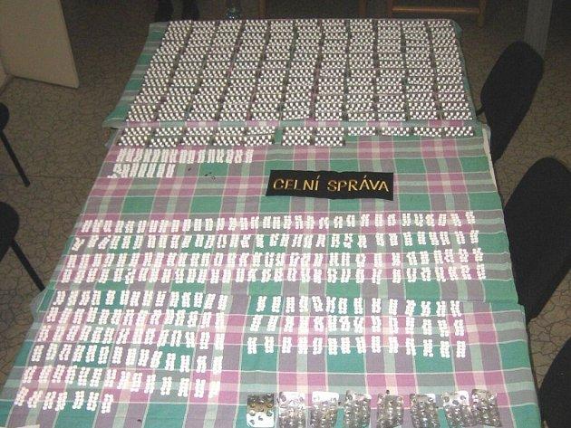 Celníky odhalené tisíce pašovaných tablet léku Cirrus.