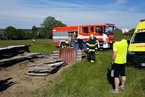 Nehoda při demolici: dřevěná bouda zavalila člověka