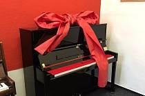 """Základní umělecká škola ve Vysokém Mýtě získala před Vánocemi krásný dárek. Uspěla v grantové výzvě """"Piana do škol"""" a od nadace Karel Komárek Family Foundation převzala pianino zn. Petrof."""