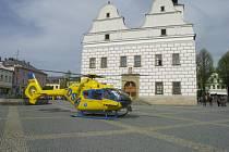 Vrtulník přístál na náměstí v Lanškrouně.