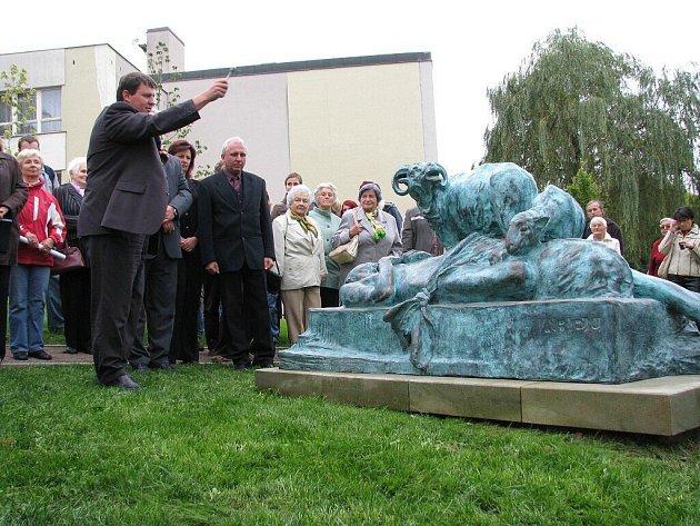 Vladislav Brokeš světí sousoší Mrtvého Ábela u Hernychovy vily.