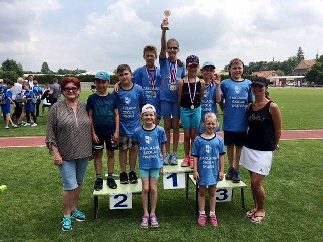 Lehkoatletická soutěž škol - celé družstvo závodníků.