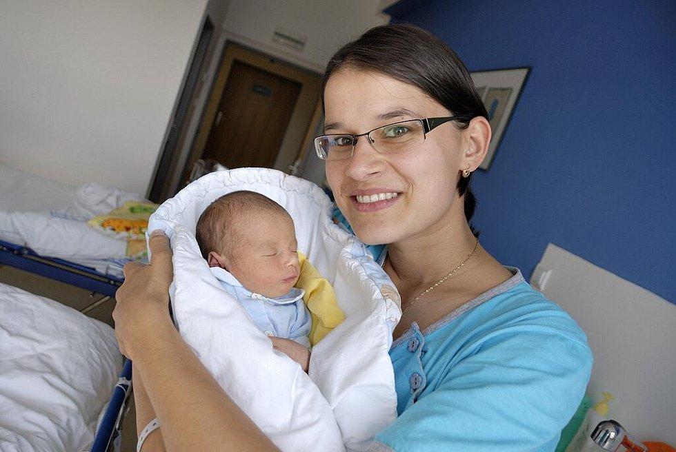 Vojtěch Mikulecký, tak se jmenuje syn Jany a Pavla Mikuleckých z Velké Skrovnice, který se narodil 3. 9. v 1.53 hodin. Chlapec vážil 2,9 kg.