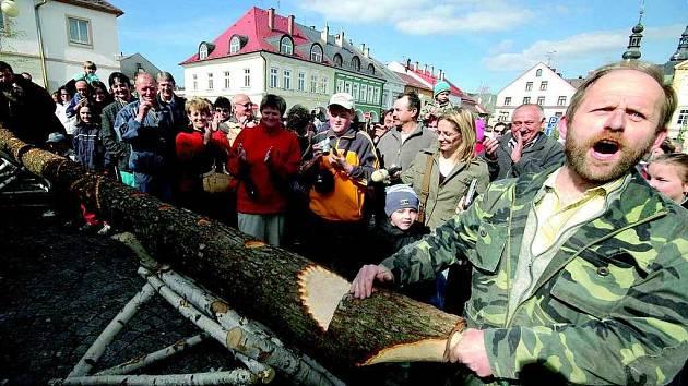 První pískání kuriozní osmimetrové dřevěné píšťaly ohlásil všem přítomným na českotřebovském Starém náměstí Jan Jána (vpravo).