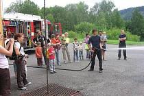 Ústecké Mateřské centrum Medvídek zorganizovalo v úterý pro rodiny s dětmi návštěvu u profesionálních hasičů.