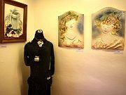 Výstava Jany Zamazalové v jablonském informačním centru: Žena a šperk v keramice.