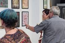 Ve výstavní síni českotřebovského Kulturního centra vystavuje výtvarná skupina Maxmilián.
