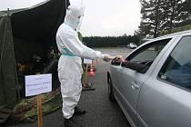 V říjnových sněmovních volbách by pro lidi v karanténě či izolaci kvůli koronaviru mohly být připraveny přenosné volební schránky a volební stanoviště pro hlasování z auta.