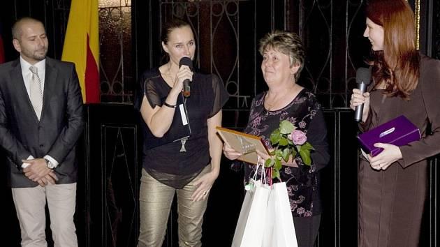 """""""Zaměstnankyně roku 2012"""" Marie Strnadová."""