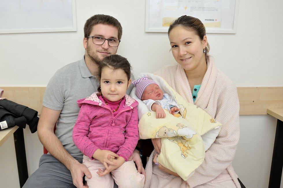Tadeáš Stejskal se narodil 11. 12. v 4.17 hodin. Vážil 3430 g a radost mají rodiče Veronika a Martin i sestřička Natálka z Rychnova nad Kněžnou.