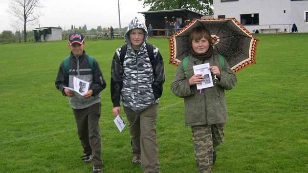 První trojice pochodníků vyrazila na trať v prudkém dešti. Byli jimi sloupničtí kluci (zleva) Martin Schneider, Václav Lenoch a Jaroslav Horyna.