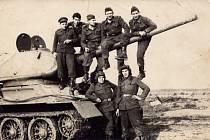 Fotka u tanku vznikla tehdy tajně.