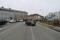 Řidič za jízdy odháněl hmyz, skončilo to nehodou.