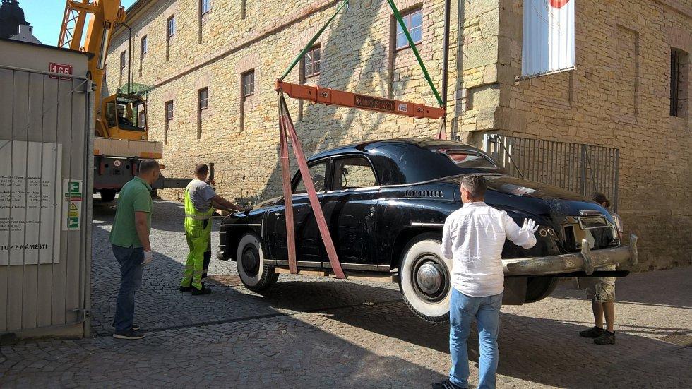 Vládní limuzína Škoda VOS rozšířila expozici Muzea českého karosářství.