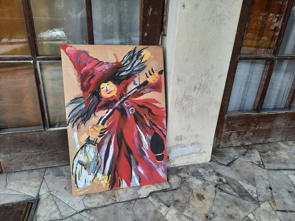 Základní umělecká škola ve Vysokém Mýtě tak alespoň připravila venkovní výstavu vyrobených a nakreslených čarodějnic.