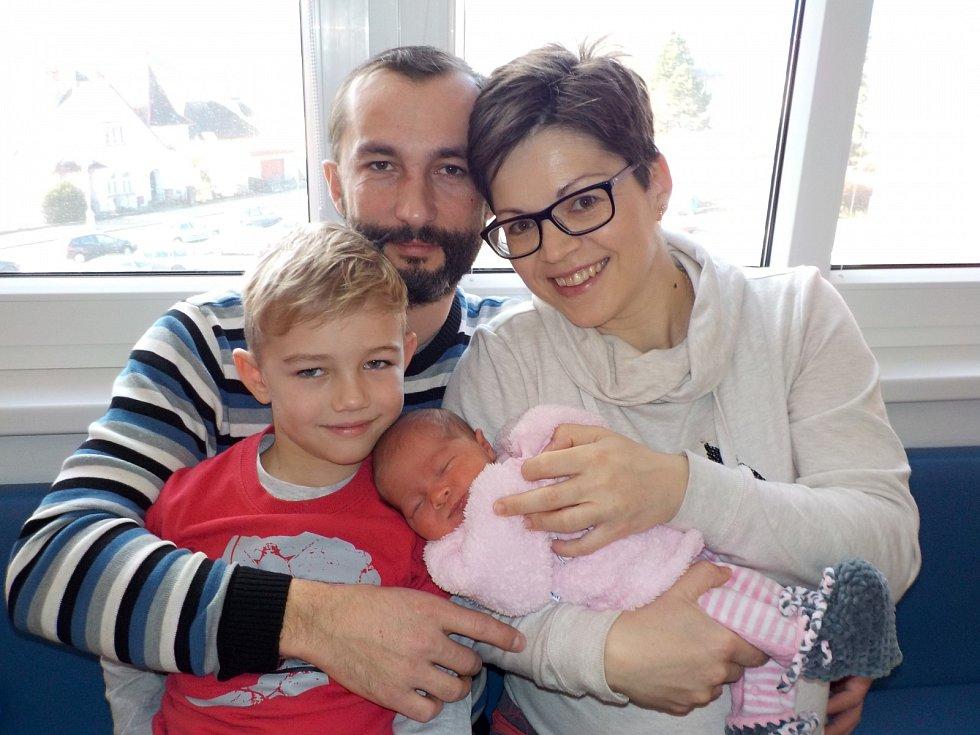 Karolína Cachová je po Jakubovi druhou radostí Petry a Richarda z Albrechtic. Narodila se s váhou 3580 g dne 28. 12. v 8.14 hodin.