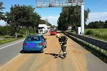 Rozsypaný náklad zablokoval silnici u Vysokého Mýta.