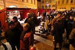 Zcela zaplněné náměstí v Ústí nad Orlicí zahájilo advent podle osvědčeného scénáře. Odpoledne se zde konal jarmark místních škol a neziskových organizací, po rozsvícení vánočního stromu příchozím hrál a zpíval Žalman s kapelou.