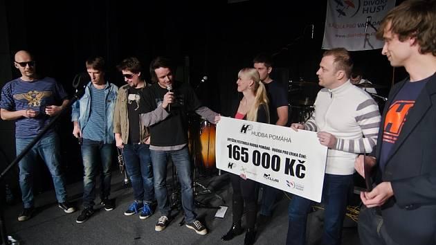 Chinaski ve Vysokém Mýtě - předání výtěžku z koncertu.