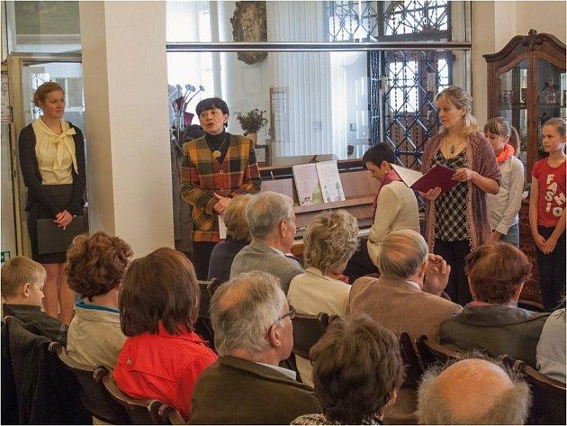 Z vernisáže výstavy fotografií a básnické tvorby Josefa Kvičery v žamberském muzeu.