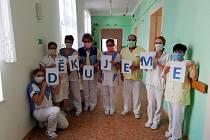 S nedostatkem roušek se potýkala i Vysokomýtská nemocnice. Na výzvu na jejích webových stránkách ale rychle přišly reakce.