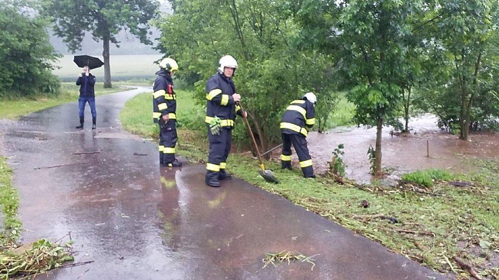 Hasiči na řadě míst na Orlickoústecku odčerpávali po extrémních deštích vodu a odstraňovali spadlé stromy.
