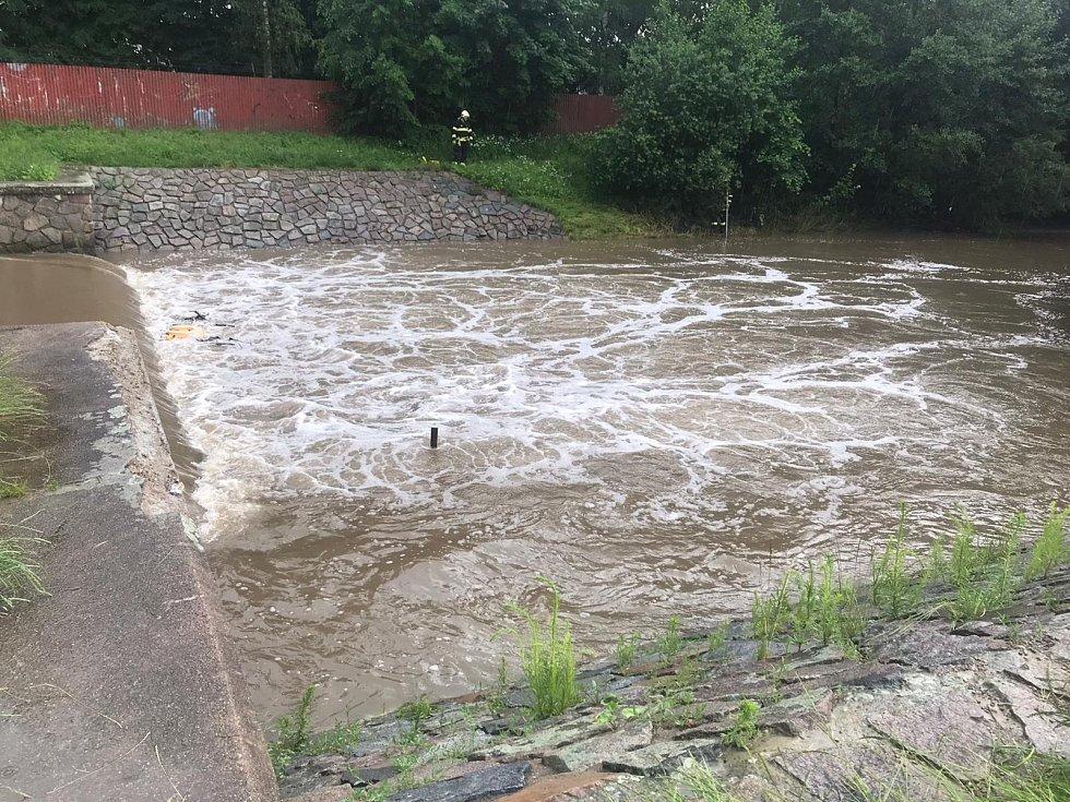 Řeka je silně rozvodněna