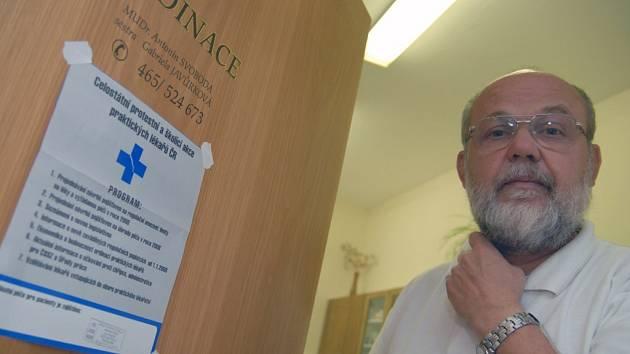 """Praktický lékař Antonín Svoboda z Ústí nad Orlicí stávku podpořil, i když měl ve středu 19. září ordinaci otevřenou. Osobně spatřuje velký problém také v nedostaku nových """"obvoďáků""""."""