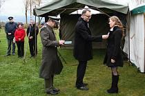 Oslava založení čs. státu a udělení ocenění u srubu K-S 14 U Cihelny v Králíkách.