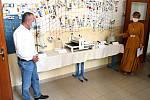 V ZŠ Jindřicha Pravečka ve Výprachticích se slavnostně předávaly nové učební pomůcky a laboratorní přístroje, které byly pořízeny z krajského příspěvku.