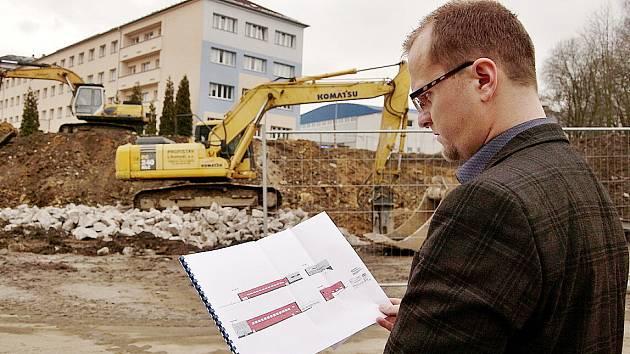 Hejtman Martin Netolický s plány nové tělocvičny Na Skalce v České Třebové.