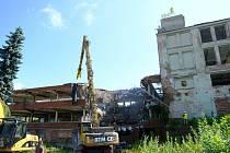 Továrna Primona, jejíž slavné časy jsou už dlouhá léta minulostí, jde k zemi.