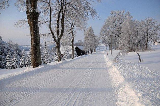 KONEČNĚ JE TU ZIMA jak má být. Pokud se vám za krásami zasněžených horských plání nechce cestovat daleko, přijeďte do Českých Petrovic. Nestrávíte-li den na sjezdovkách SKI areálu, doporučuji třeba i pěší vycházku na dva kilometry vzdálený vrch Adam.