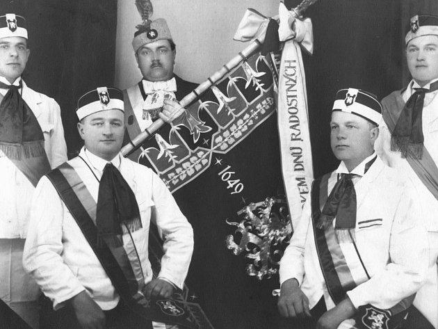 První snímek byl pořízen při oslavách 280. výročí založení cechovní knihy cechu řeznického v roce 1929. Jsou na něm zachyceni mistři řezničtí ve slavnostních stejnokrojích. Zleva Čeněk Kučka, Emil Starý, Stanislav Hubka, Jaroslav Štangler s Fr. Slezák