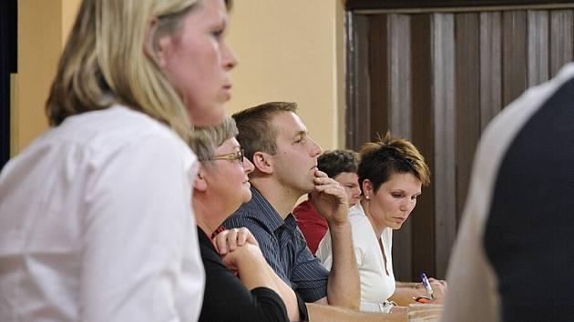 Z mimořádného jednání rudoltických zastupitelů. V popředí ředitelka Lenka Havlenová, v pozadí starostka Lenka Bártlová.