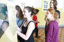 Výstava výtvarných prací studentů ústeckého gymnázia.