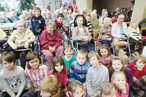 Školáci ze ZŠ Sopotnice rozdávali radost v Domově důchodců v Ústí nad Orlicí.