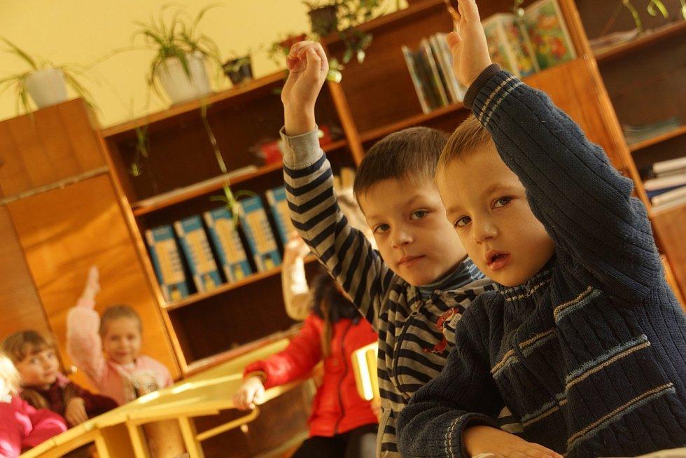 Gymnazisté pro žáky a studenty v Koločavě vybrali 50 tisíc korun.
