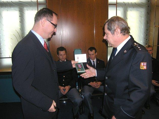 Vladimír Kučera (vpravo) přebírá medaili.