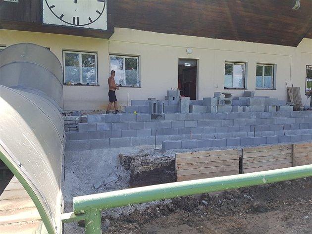 Ze stavby nové tribuny vLanškrouně.