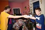 """Dětem v Dětském domově v Dolní Čermné Ježíšek """"nadělil"""" už v úterý."""