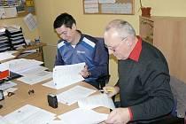 Předseda svazku Region Orlicko-Třebovsko Petr Tomášek (vpravo) s Alešem Kubíčkem z odboru školství Pardubického kraje při podpisu dotační smlouvy.